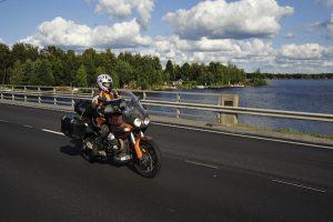 Motorrad vor Wasser in Finnland (c) Ralf Schröder