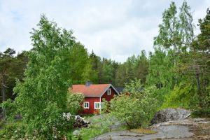 Holzhaus in finnischer Natur