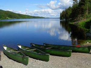 Kanus vor finnischem Seen
